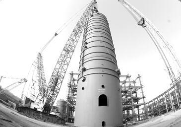 新疆中泰化学PTA项目反应器顺利吊装就位