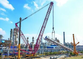 揚子石化新環氧乙烷精制塔吊裝就位